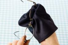 『手袋型メガネ拭き Lepica(レピカ)』スポッと手を入れて磨けるから楽々きれい、スマホだってピカピカ!