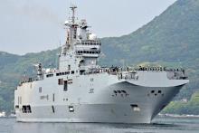 仏海軍の強襲揚陸艦寄港