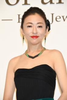 松雪泰子 肩を出した黒ドレスでゴージャスな装い