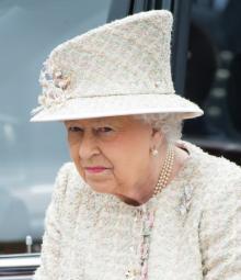 エリザベス女王、ヘンリー王子とメーガンのキス写真に激怒!
