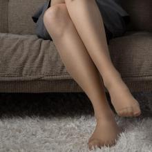 若い女性も愛用中!ストッキングのメリットと暑さ対策