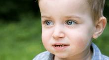 """子どもが目をよく擦る場合は注意。<span class=""""hlword1"""">さかさまつげ</span>の基礎知識"""