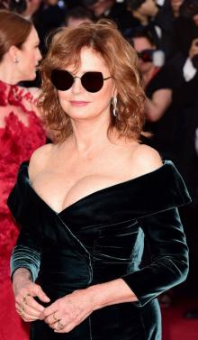 70歳のスーザン・サランドン、大胆スリットドレス姿は若手に負けない色気と貫禄!