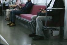 「おにぎりは電車で食べていい」 無自覚マナー違反に批判も