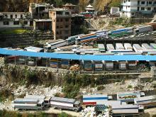 中国とネパール国境名物「カラフルトラックの行列」を見に行こう / どうせなら国境越えを