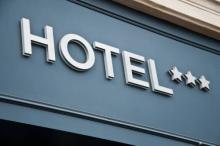 またぁ!? 飲み会の翌日「ホテルに誘われた話」ばかりな女の特徴4つ