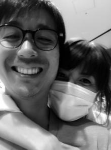 hitomi 3回目の結婚記念日を迎え、夫との密着2ショット公開
