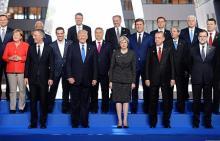 モンテネグロ首相を押しのける=写真撮影時の米大統領-NATO首脳会議