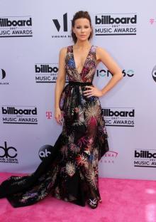 ビルボード・ミュージック・アワード、今年のトレンドは下着見せドレス!
