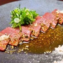 渋谷に京都の希少食材と肉料理の専門店が誕生--低温調理牛レバ刺しも提供