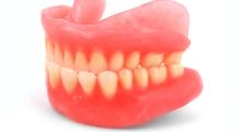 黄ばんだプラスチックの歯を白くするには