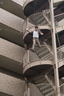 マンション6階から飛び降りる小栗旬『CRISIS』秘蔵写真を公開