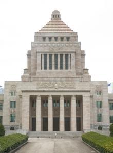 稲田防衛大臣の悪筆で見くびった? ヒラメ官僚激増の原因とは…