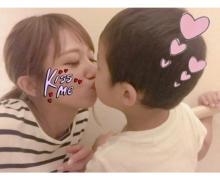 辻希美 スイカバーを食べた息子とのキスショット公開