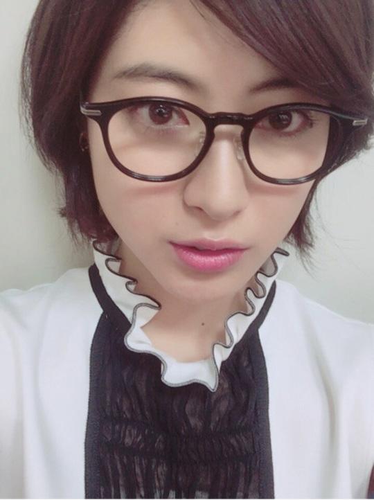 瀧本美織 知的メガネ姿披露「かわいすぎ」「素敵」と称賛の声
