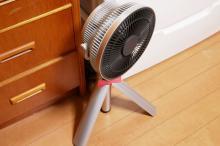 「台座がない扇風機」がここまで便利だったとは! 徐々に弱まる「おやすみ風」も快適な三脚式「カモメファン」の実力