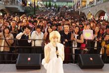 Dream AmiがE-girls卒業後初めてファンの前に登場、新曲「君のとなり」初披露