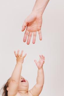 「お耳見てあげる」3歳の兄が妹の耳に…。育児の自信を失うほどの後悔と学んだこと
