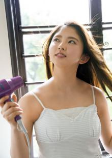 欅坂46・鈴本美愉、可憐なセーラー服姿&大人ビューティーな一面を披露