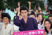 山崎賢人、300人の女子中高生とJOJOリーゼント部を結成! 撮影中のリーゼントは「スイッチが入る」