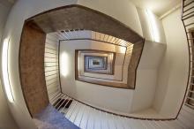 眠くてやる気が出ない... そんなときおすすめなのは「階段を上る」?