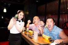 スギちゃん&クロちゃんが歌舞伎町『週プレ酒BAR』を体験! 日替わりママのグラドルに「普通にプライベートで絶対来る!」