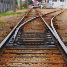 痴漢の逃走経路にもなっている線路立ち入り、鉄道営業法の観点からもNG