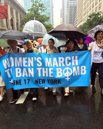 核禁止条約訴え行進=土砂降りの中、800人超-NY