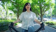 自転車散歩を楽しむ美女にはある秘密が!?二度見必至のWEBムービーが公開