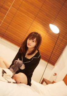 NMB48山本彩、ベッドの上で美バストチラリ&美脚を披露 パジャマ姿にうっとり
