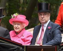 キャサリン妃を意識?女王もミレニアルピンクの服で登場!