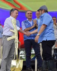 「武器よさらば、ようこそ平和」=FARC武装解除式典-コロンビア
