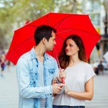あまり親しくなくても相合傘をOKしたくなる「誘われ方」7パターン