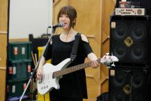 松村沙友理、ベース演奏をお披露目!「毎日お勉強させていただいてます」