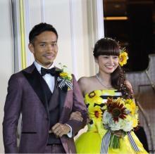 平愛梨、挙式ドレスを公開 向日葵花言葉は「愛する人へ」
