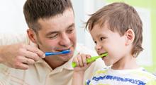 子どもの乳歯をチェック。茶渋と虫歯の見分け方は?