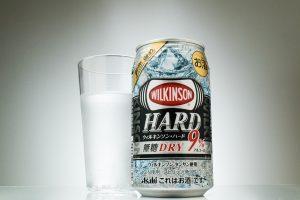 """『ウィルキンソン・ハード無糖ドライ』甘いが主流の缶入りストロング系シーンに""""ちょ待てよ""""する無糖強炭酸"""