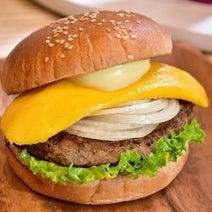 フレッシュネスで異色バーガー登場! 「マンゴーバーガー」ってどんな味?