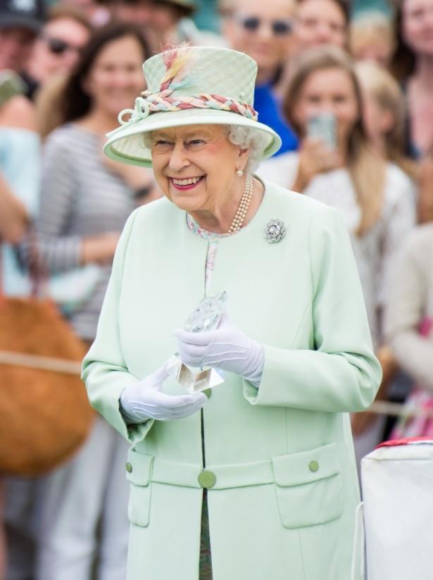 エリザベス女王、今度は異例の花柄ドレスで魅了!