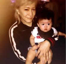 小室哲哉が抱く赤ちゃんとの写真に「夢の2ショット」「感慨深い」の声