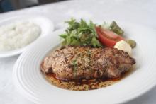 ベーコンとソーセージの味にみなぎる自信! 上富良野の絶品ステーキ&カレー