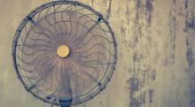 寝る時に扇風機の風を当て続けると死ぬというのは本当か?