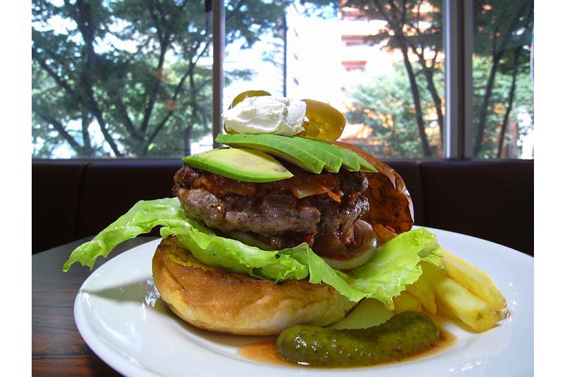 偽りのないハンバーガーが味わえる店ーー新宿三丁目の肉のオアシス「CaSTLe ROCK」