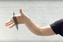 もうiPhoneを壊さなくて済む! 人差し指だけで落ちない「最新グリップ」がスマホ習慣を変えそう