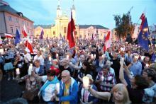 ポーランドで数千人がろうそくデモ