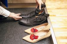 玄関の悪臭の原因「汗びっしょりの靴」。効果的な臭い解消法はコレ!