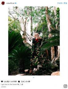 ローラ、森の中でたたずむ美しい後姿を披露