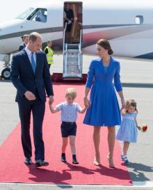 キャサリン妃、家族みんなでコーディネートした青のコートでドイツ入り!
