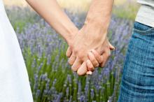 男子必見!何回目のデートなら「手をつなぐ」のアリ?1回目からOKな女子の割合に驚き…!