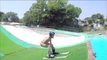アキラ100%がスキー台からプールへジャンプ!